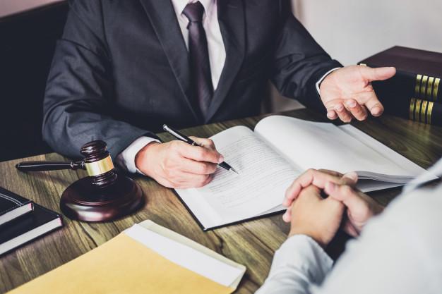 empresario-e-advogado-masculino-ou-juiz-consultar-tendo-reuniao-da-equipe-com-o-cliente_28283-1119