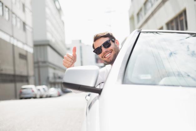 feliz-homem-negocios-em-a-assento-motorista_13339-289719